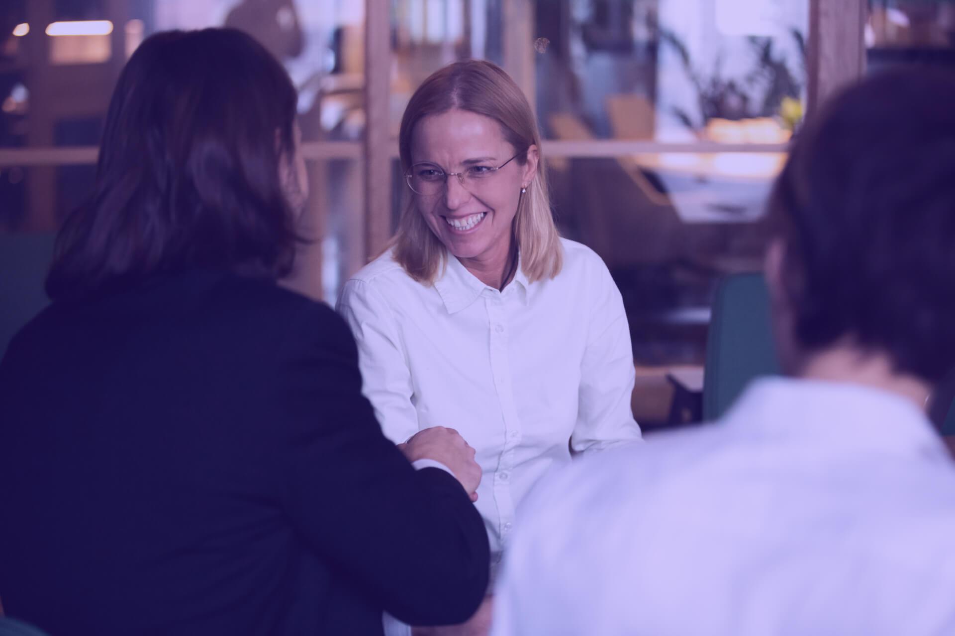 business woman relacje z klientami B2B
